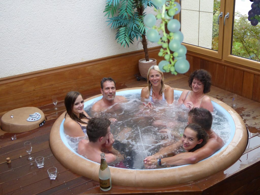 jacuzzi whirlpool hot tub whirlpool im garten whirlen im urlaub pension ferienwohnung. Black Bedroom Furniture Sets. Home Design Ideas