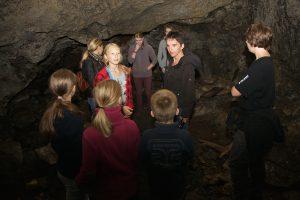 Höhle im Rosengarten erkunden bei einer gemeinsamen Wanderung