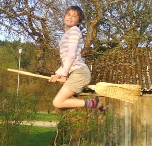Lina am Trampolin mit Besen