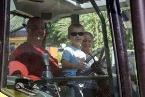 Kinder fahren Traktor mit Michl