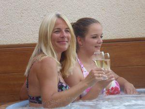 Mutter und Tochter im Whirlpool